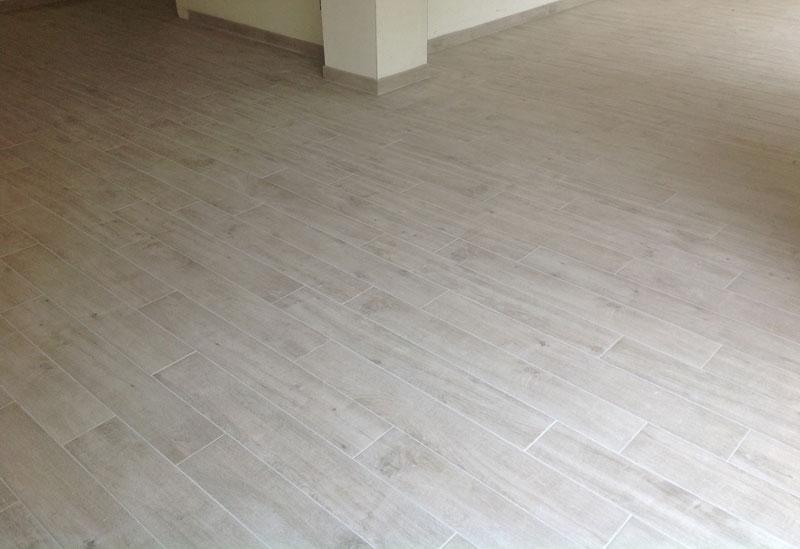 Posa gres porcellanato effetto legno idea creativa della for Design del pavimento domestico