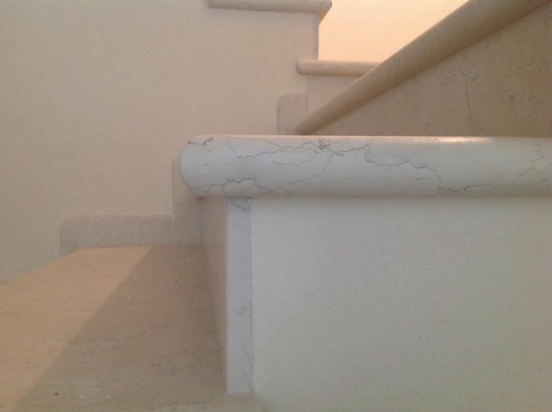 Casa privata Brendola (Vi) Particolare scala testa a toro marmo Biancone spazzolato